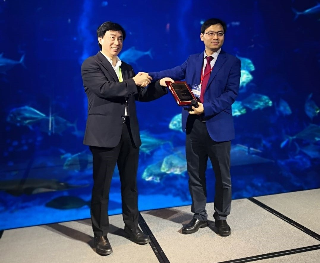Professor Dacheng Tao awarded by IEEE ICDM steering committee chair, Professor Xindong Wu in Singapore