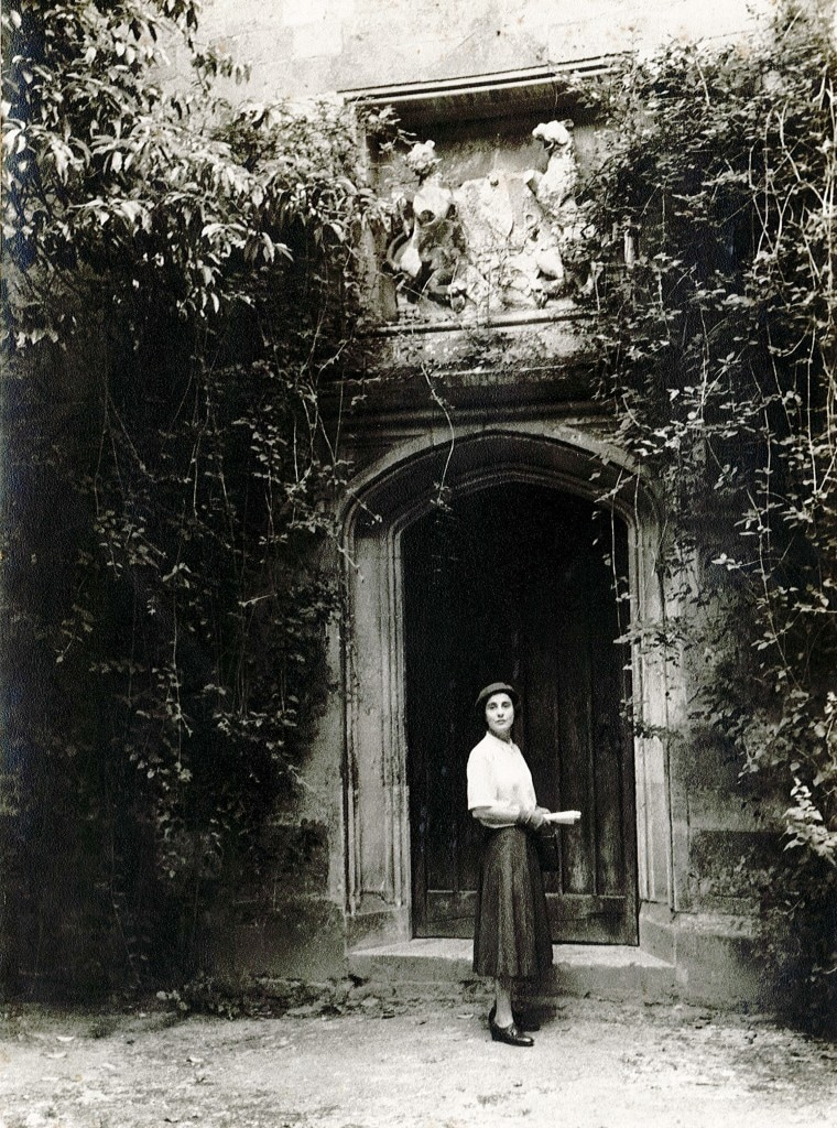 Elwin à Beckett in front of Wilton House, Salisbury UK in 1956