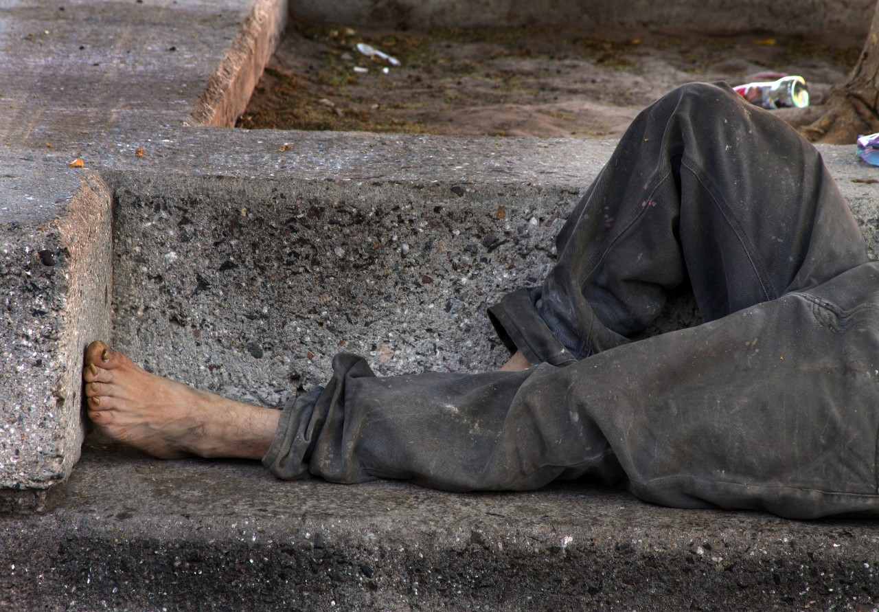 Homeless man on bench. Image: Tomas Castelazo/Wikimedia Commons.