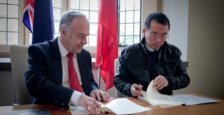 John Hearn and Liang Hongsheng sign the agreement between the University and BGI.