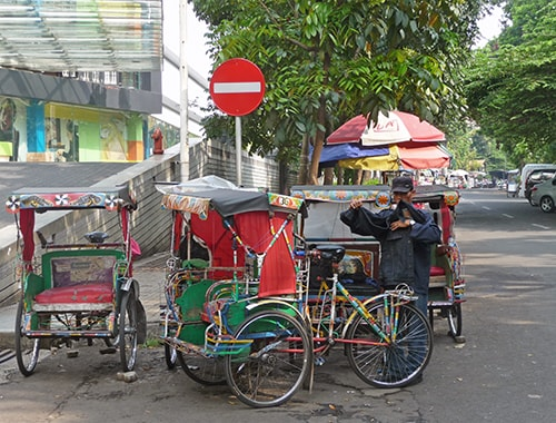 The three-wheeled motor taxi (becak) in Bandung. UN-Habitat (2013) estimated that becaks make up 33 percent of all transport trips in Bandung, thus playing an important social and economic role for both users and operators.