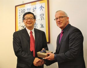 Wang Weiguang with Vice-Chancellor Michael Spence